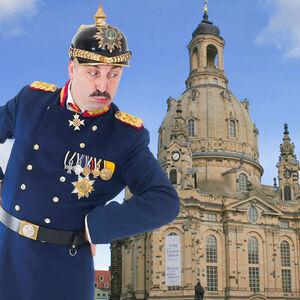 Veranstaltung: Stadtführung / Stadtrundfahrt - Dresden: Lustige Rundfahrt in sächsischer Mundart, 17.09.2021, Am Gedenkstein vor der Frauenkirche in Dresden